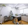手術室では、様々な角度に変えられる手術台や、患者さんの麻酔中の状態を確認できるモニターを備えています。